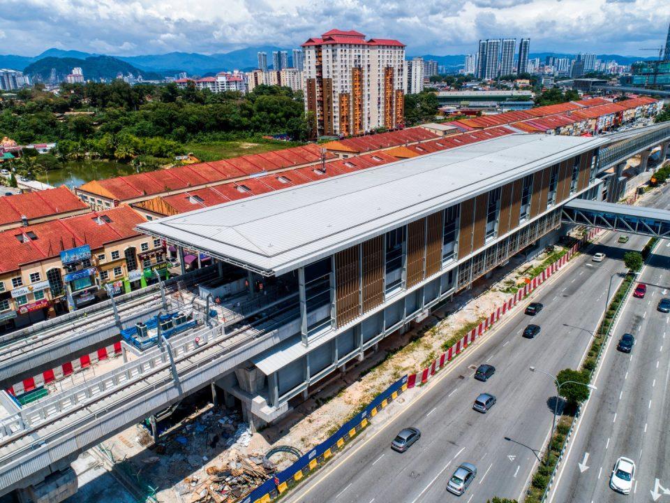 Pandangan udara tapak Stesen MRT Kepong Baru menunjukkan kerja-kerja luaran stesen sedang dijalankan dan kerja-kerja laluan pejalan kaki berbumbung telah bermula di Pintu 2.