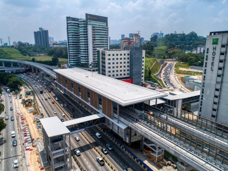 Pandangan udara tapak Stesen MRT Sri Damansara Barat menunjukkan kerja-kerja selusur dan pelepar sedang dijalankan di pintu masuk dan jejantas.