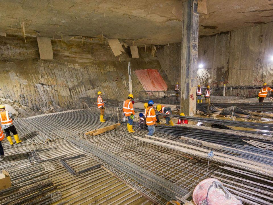 Pemasangan bar pengukuhan untuk pembinaan bawah tanah dan pengukuhan papak konkrit di aras ruang legar Stesen MRT Raja Uda