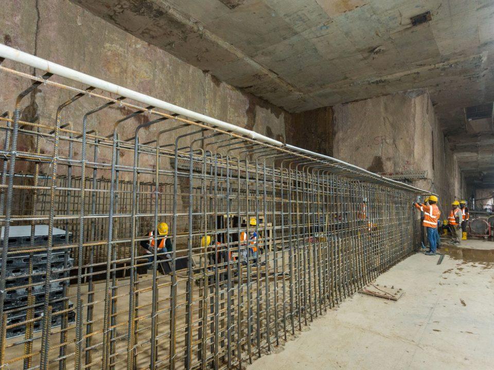 Pembinaan pengukuhan dinding konkrit di aras platform atas Stesen MRT Ampang Park.