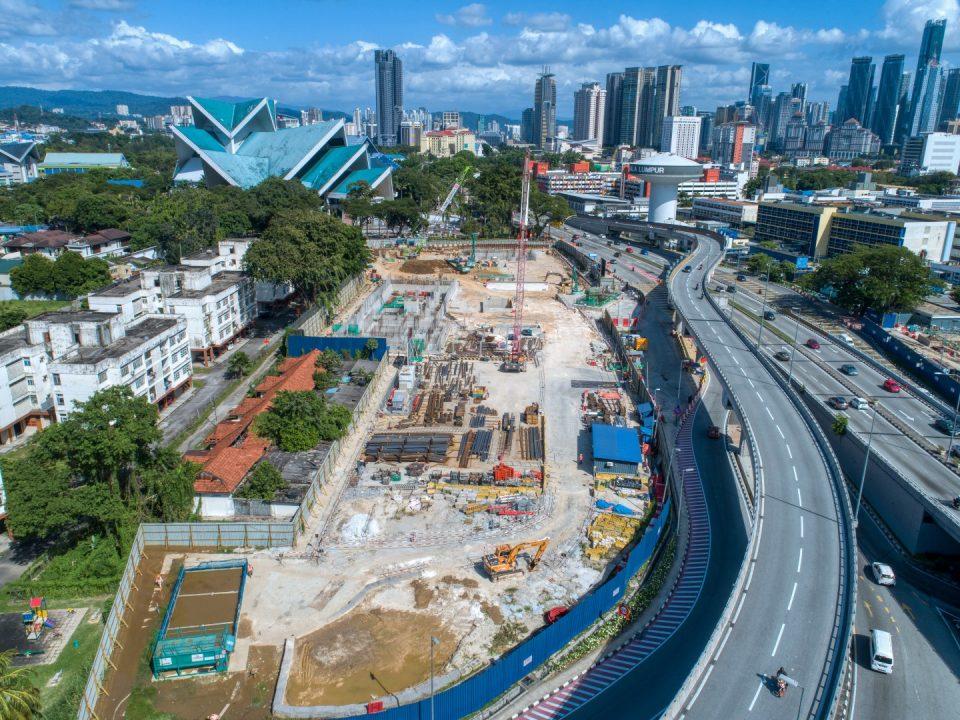 Pandangan udara tapak Stesen MRT Hospital Kuala Lumpur menunjukkan kerja-kerja memasang siap di lengkungan bar untuk kerja-kerja pengukuhan konkrit stesen di papak bilik loji dan papak asas.