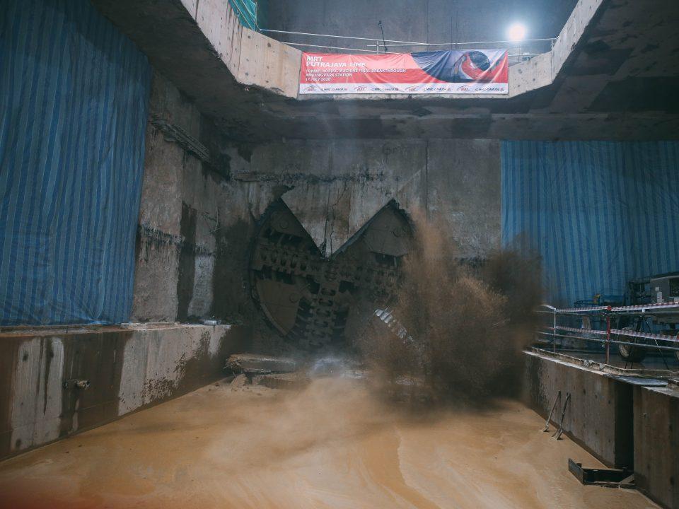 SEDANG BERJALAN: Penembusan Mesin Pengorek Terowong sedang berjalan di tapak kerja Stesen MRT Ampang Park.
