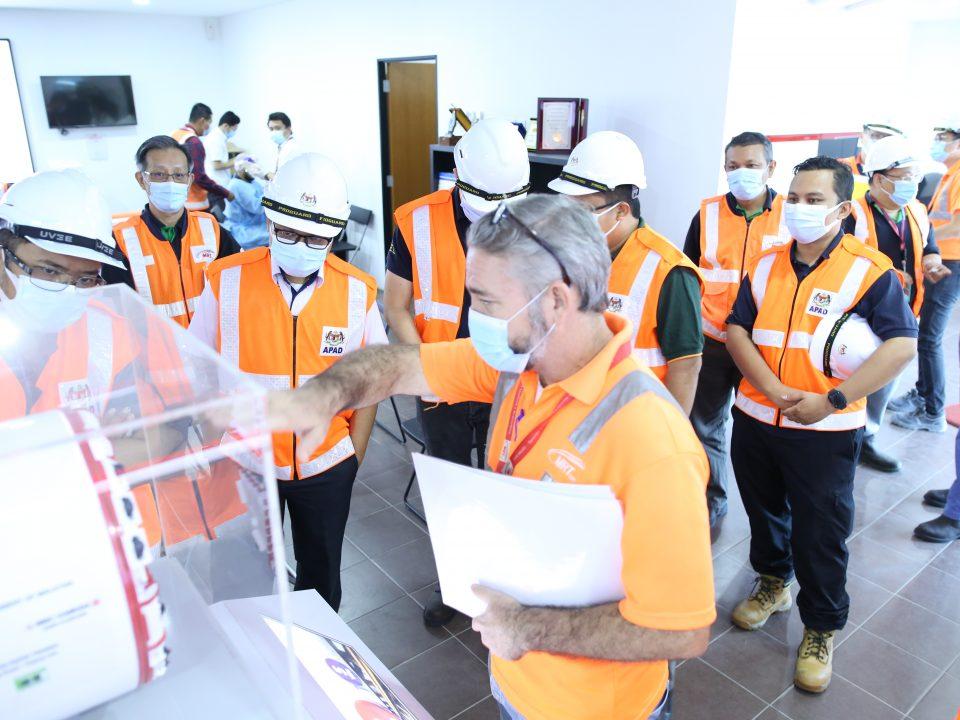 PENJELASAN: Pengarah Terowong Bawah Tanah MRT Laluan Putrajaya MRT Corp Encik Alexander William Terry (kanan) memberi penjelasan kepada Timbalan Ketua Pengarah (Pembangunan) Agensi Pengangkutan Awam Darat (APAD) Encik Ahmad Radhi Maarof (kiri) dan pasukan APAD mengenai bagaimana mesin pengorek terowong (TBM) beroperasi di model berskala TBM di Pusat Informasi Bandar Malaysia Utara.