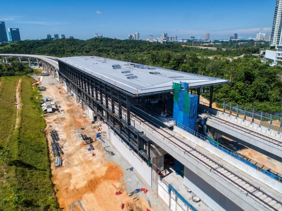 Pandangan udara tapak Stesen MRT Cyberjaya Utara menunjukkan kerja-kerja acuan dan rebar untuk kerja-kerja tangga awam sedang dijalankan.