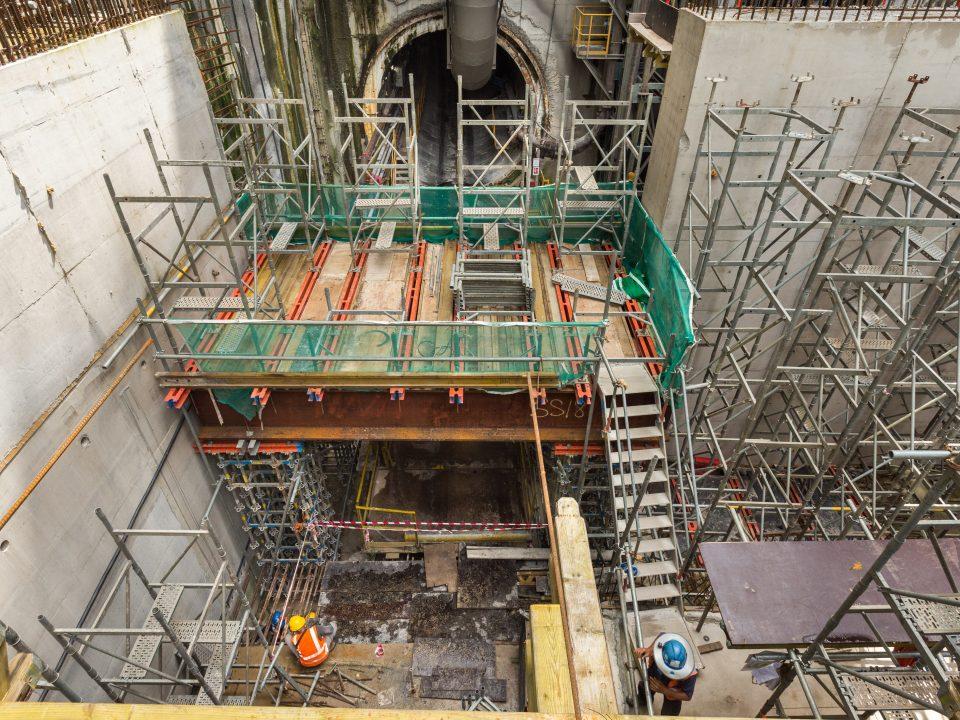 Kerja-kerja pembinaan acuan dengan sokongan rasuk berbentuk I untuk tuangan papak bilik loji di tapak Stesen MRT Chan Sow Lin.