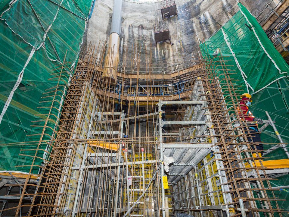 Kerja-kerja pembinaan konkrit tetulang bawah tanah dan atas tanah di Syaf Penyelenggaraan 3.