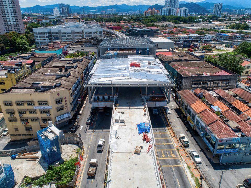 Kerja-kerja bumbung sedang dijalankan di Stesen MRT Kentonmen.