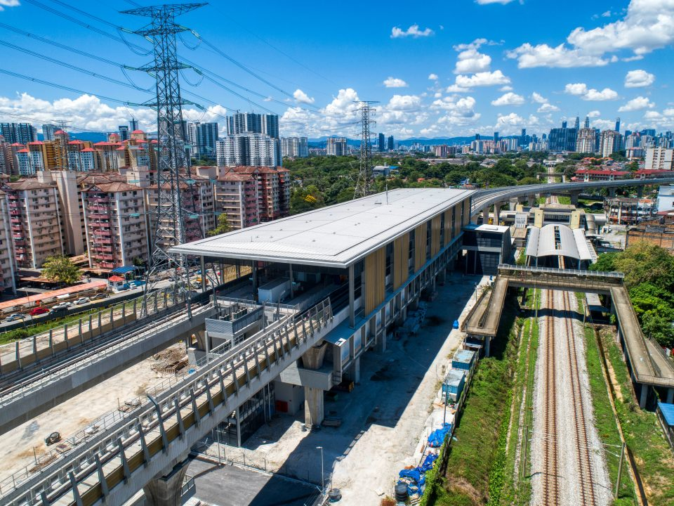 Pandangan udara tapak Stesen MRT Kampung Batu menunjukkan kerja-kerja penjubinan sedang dijalankan.