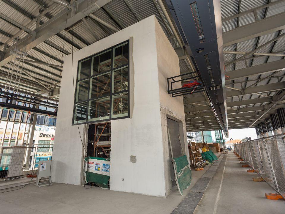 Kerja-kerja pemasangan kaca untuk syaf lif di aras platform dan Pintu Penumpang Automatik sedang dijalankan di Stesen MRT Metro Prima.