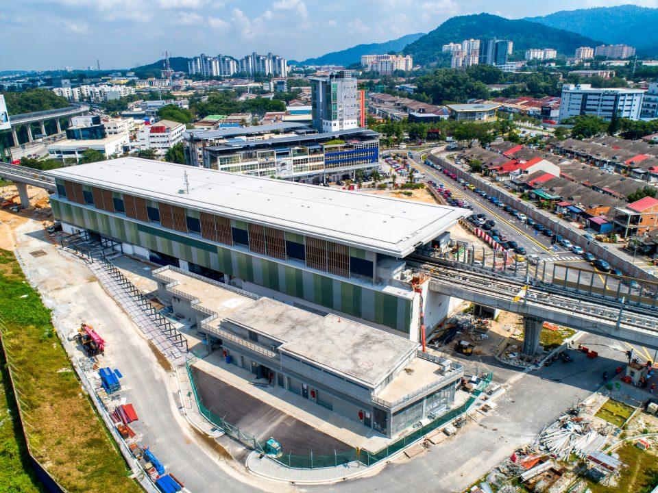 Pandangan udara tapak Stesen MRT Sri Damansara Sentral menunjukkan kerja-kerja luaran fakad.