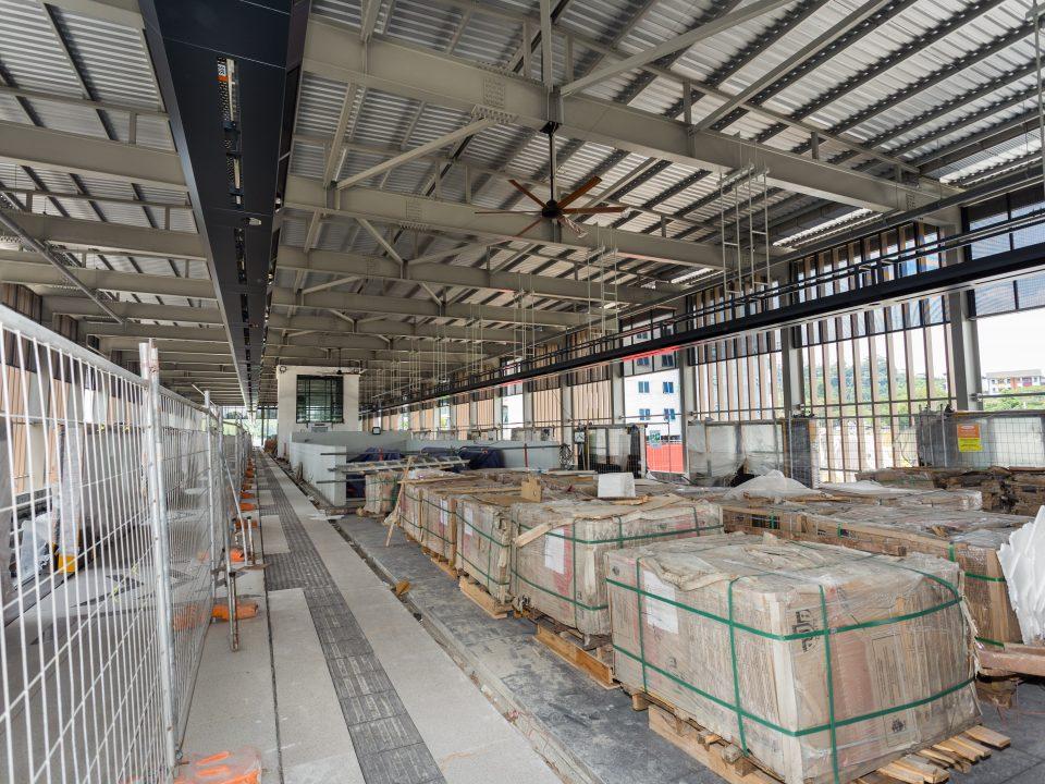 Pemasangan siling sedang dijalankan di Stesen MRT Sri Damansara Barat