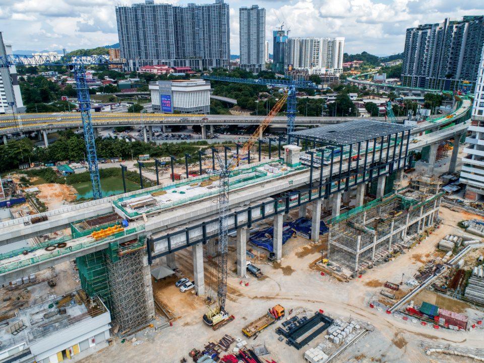 Pandangan udara tapak Stesen MRT Kuchai menunjukkan kerja-kerja pemasangan struktur besi sedang dijalankan.