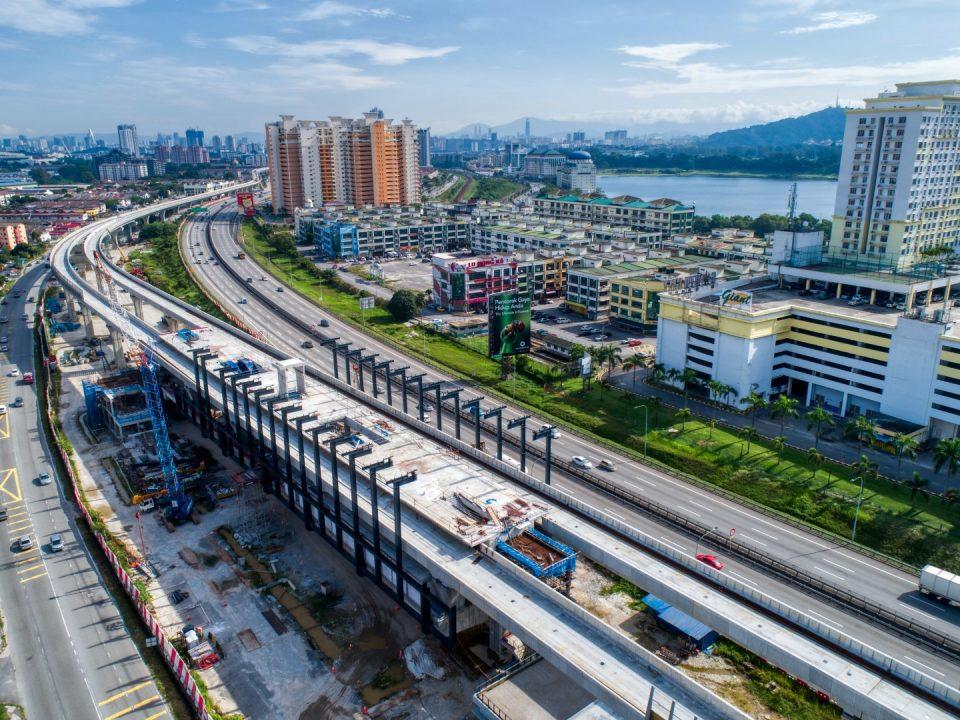 Pandangan udara tapak Stesen MRT Serdang Raya Selatan menunjukkan pembinaan tiang besi dan persediaan kekuda bumbung sedang dijalankan.