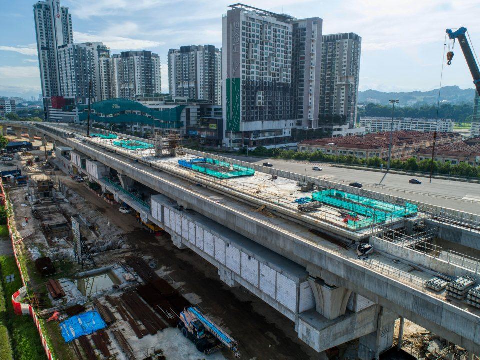Pandangan udara tapak Stesen MRT Serdang Raya Utara menunjukkan kerja-kerja konkrit tetulang sedang dijalankan.