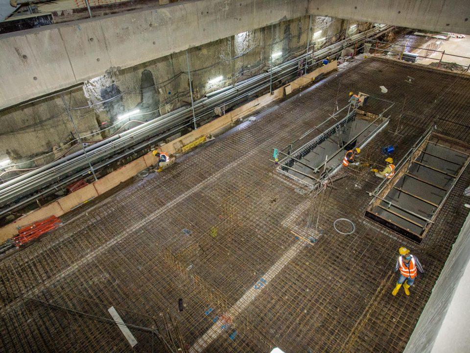 Pandangan di dalam Stesen MRT Sentul Barat menunjukkan kerja-kerja pembinaan papak konkrit tetulang platform.