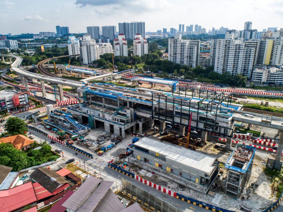 Pandangan udara tapak Stesen MRT Sungai Besi menunjukkan pemasangan paip saliran air hujan telah selesai.