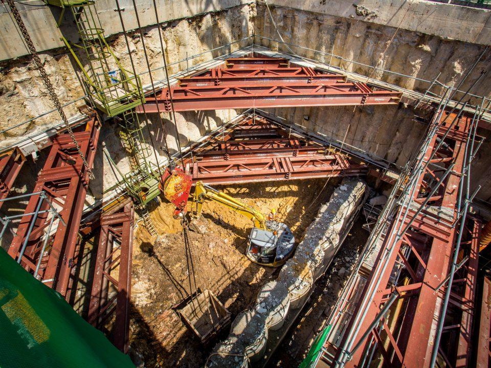andangan Pintu Masuk A Stesen MRT Hospital Kuala Lumpur bersebelahan Istana Budaya dan Jalan Tun Razak menunjukkan kerja-kerja penggalian untuk kerja-kerja penegasan kekotak akan datang.
