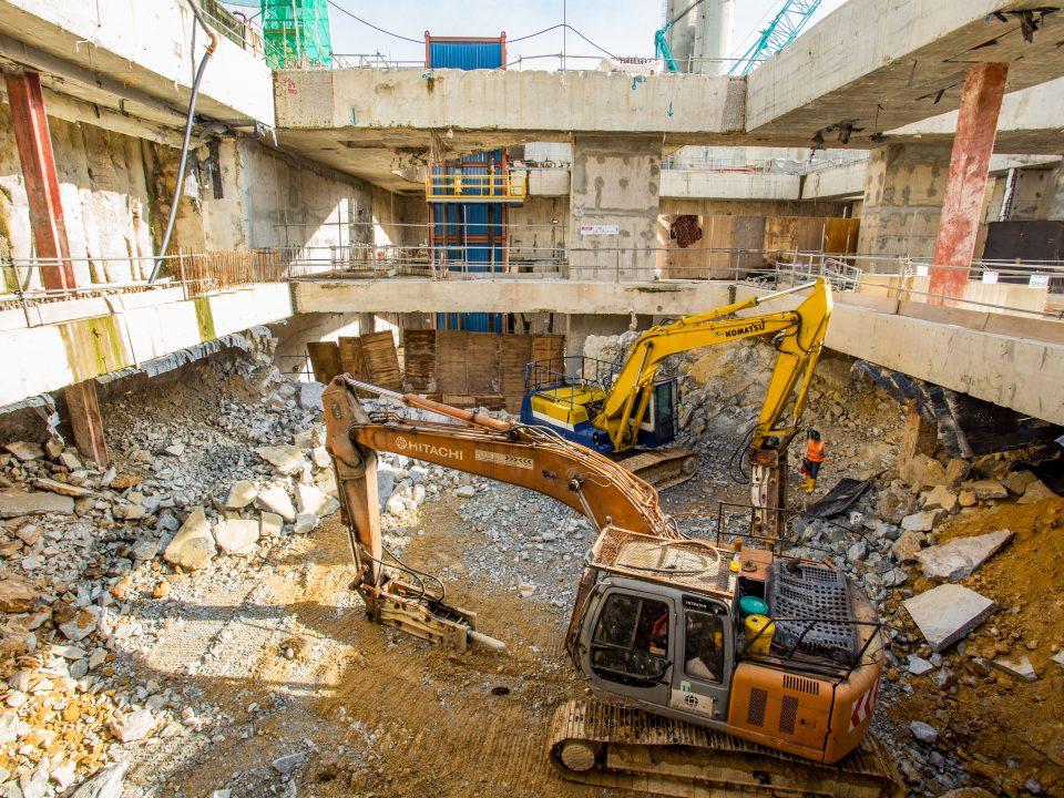 Kerja-kerja penggalian dari aras bawah hingga aras akhir penggalian di Pintu Masuk A Stesen MRT Titiwangsa.
