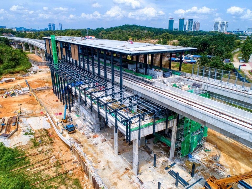 Pandangan udara tapak Stesen MRT Cyberjaya City Centre menunjukkan penutupan bumbung hampir siap di kekotak stesen dan struktur besi pintu masuk sedang dijalankan.