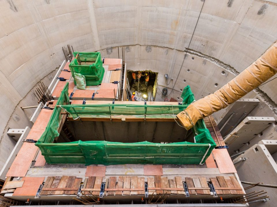 Pandangan Syaf Kecemasan 2 menunjukkan pemasangan dan tuangan dinding berkembar Sistem Bangunan Industri di aras bawah 5 dan kerja-kerja penggalian untuk kolong bahagian utara.
