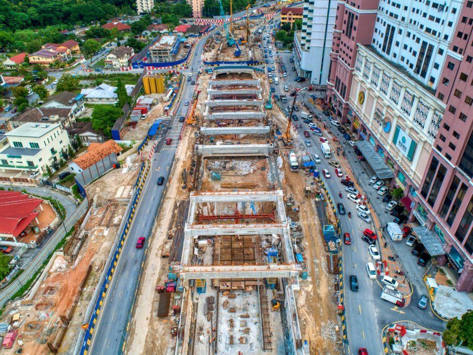 Pandangan udara tapak Stesen MRT Jalan Ipoh menunjukkan kerja-kerja penggalian, sengkang dan pembinaan papak asas sedang dijalankan.