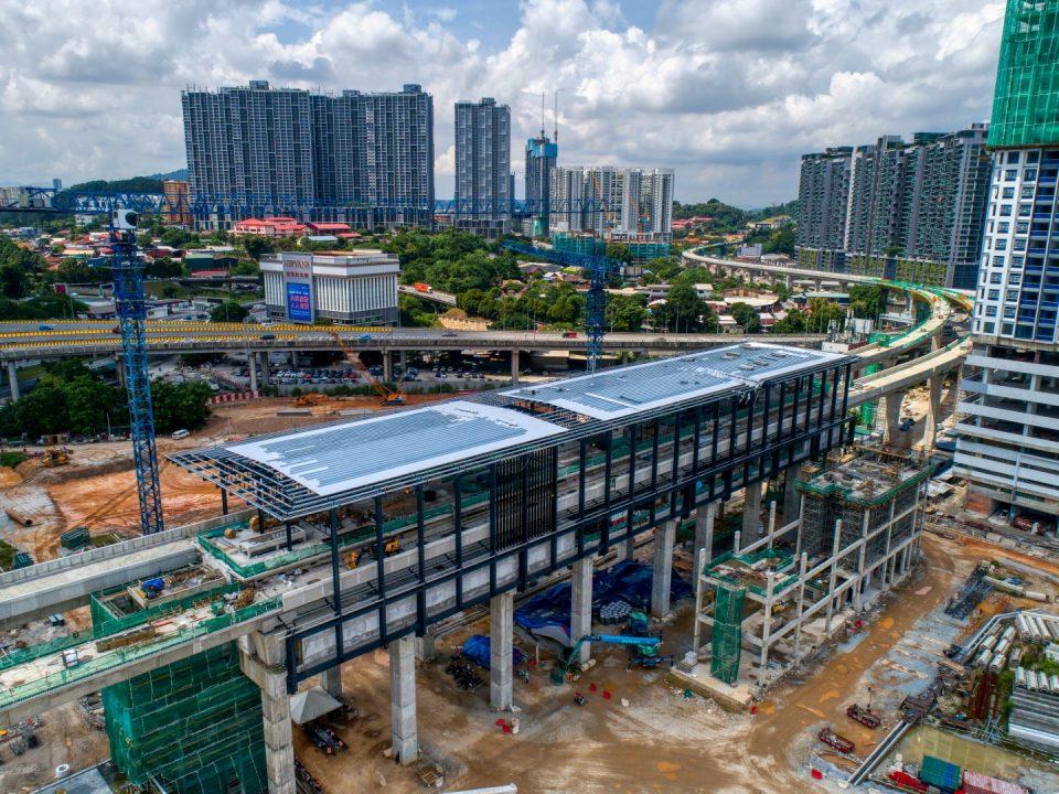 Pandangan udara tapak Stesen MRT Kuchai menunjukkan kerja-kerja pemasangan struktur besi, fakad dan pembinaan kekotak pintu masuk A sedang dijalankan.