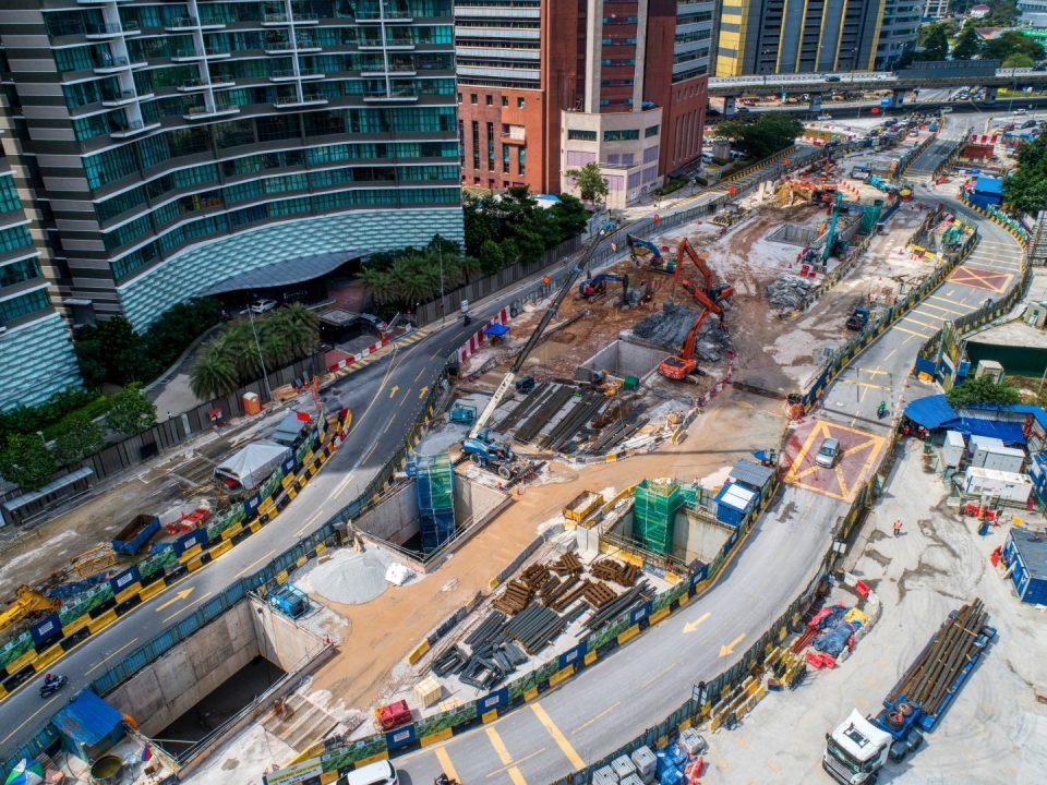 Pandangan udara Stesen MRT Raja Uda menunjukkan kerja-kerja pembinaan dan pelan pengurusan trafik terkini dari dan ke Jalan Tun Razak.