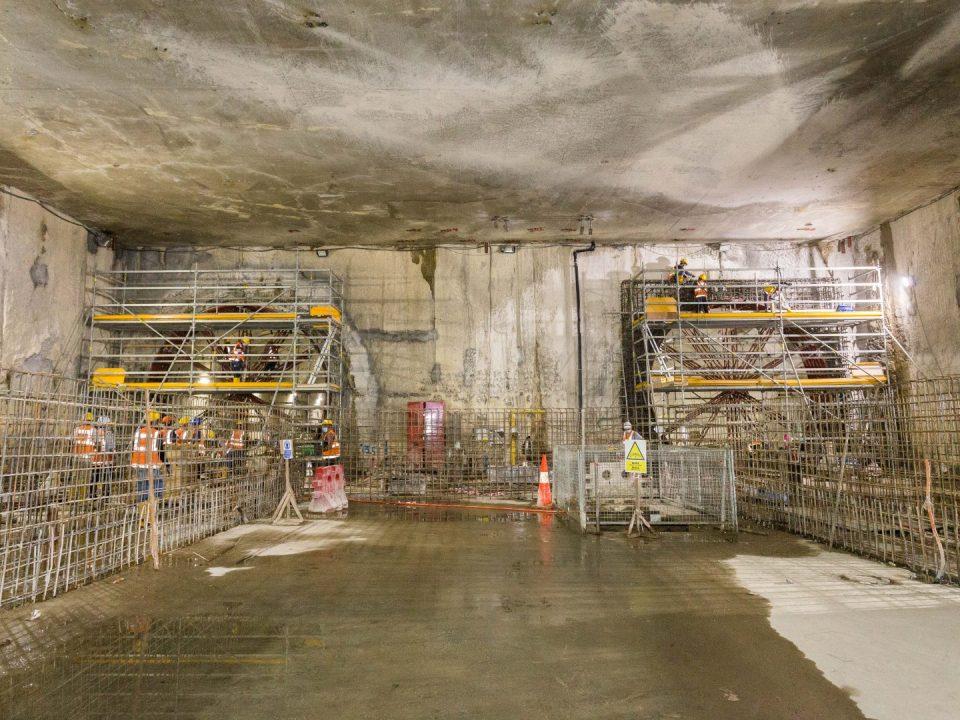 Dinding konkrit tetulang bawah platform dan pembinaan rasuk gelang relang sedang dijalankan di aras platform Stesen MRT Sentul Barat.
