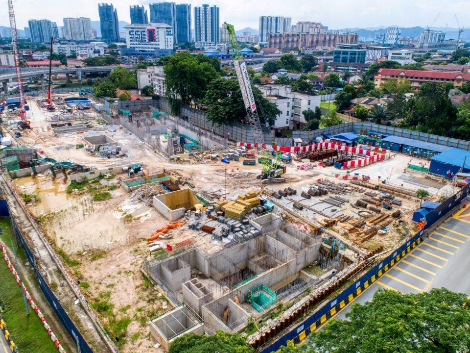 Pandangan udara tapak Stesen MRT Hospital Kuala Lumpur menunjukkan kerja-kerja pembinaan papak platform, kerja-kerja seni bina dan kerja-kerja mekanikal dan elektrikal sedang dijalankan