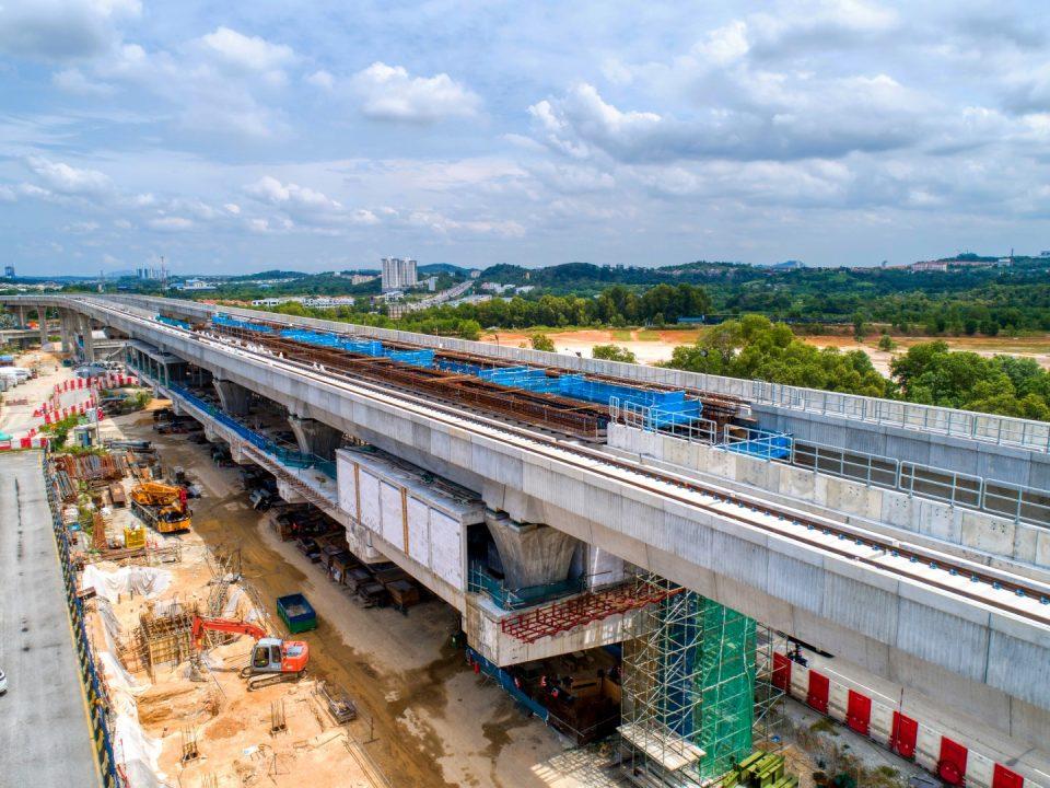 Pandangan udara tapak Stesen MRT Putra Permai menunjukkan kerja-kerja platform sedang dijalankan.