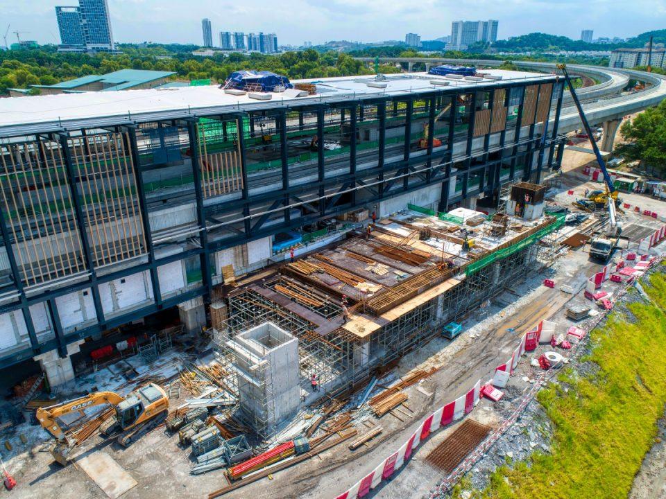 Pandangan udara penutupan bumbung di kekotak stesen dan kerja-kerja konkrit tetulang di pintu masuk sedang dijalankan di tapak Stesen MRT Putrajaya Sentral.