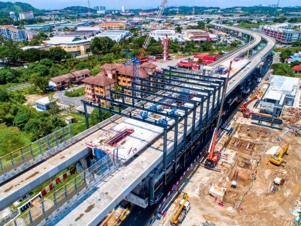 Pandangan udara tapak Stesen MRT Serdang Jaya menunjukkan kerja-kerja pembinaan besi bumbung  sedang dijalankan.