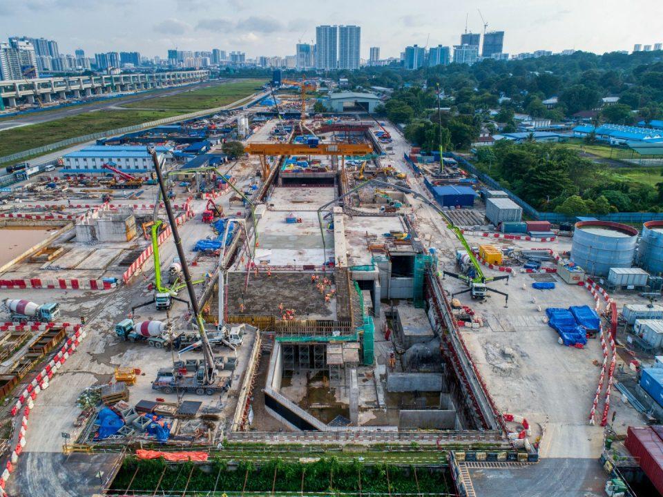 Pandangan udara Stesen MRT Bandar Malaysia Utara menunjukkan kerja-kerja papak bumbung, dinding konkrit tetulang, tiang dan pengalisan air sedang dijalankan.