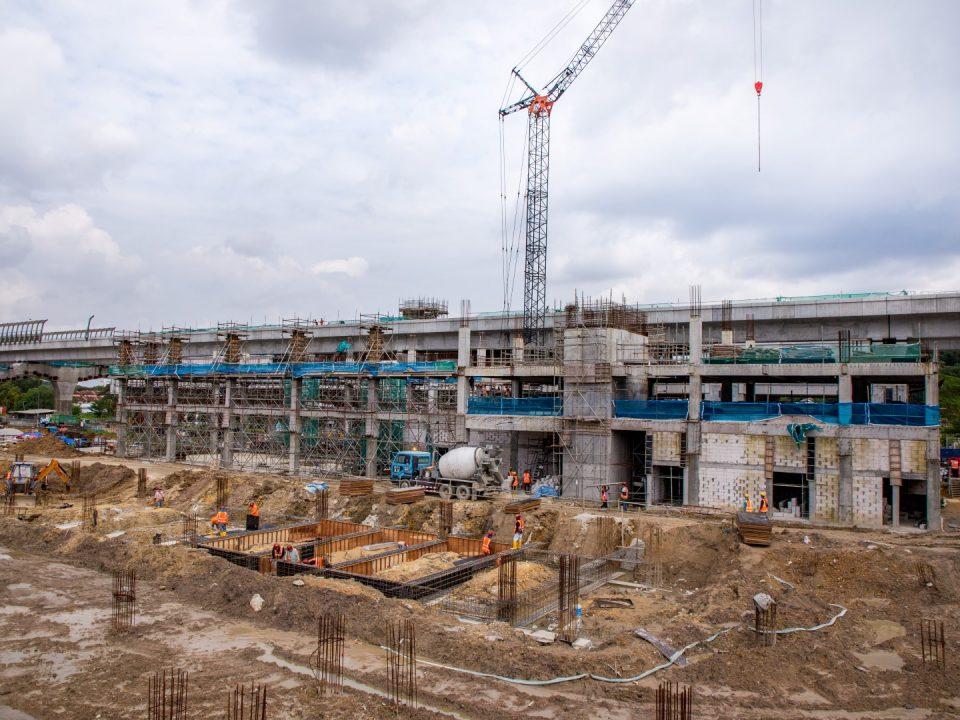 Kerja-kerja rasuk tanah sedang dijalankan di Bangunan Letak Kenderaan Stesen MRT Taman Equine.