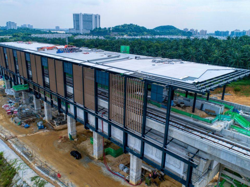 Pandangan udara tapak Stesen MRT Cyberjaya City Centre menunjukkan kerja-kerja fakad bumbung atas sedang dijalankan.