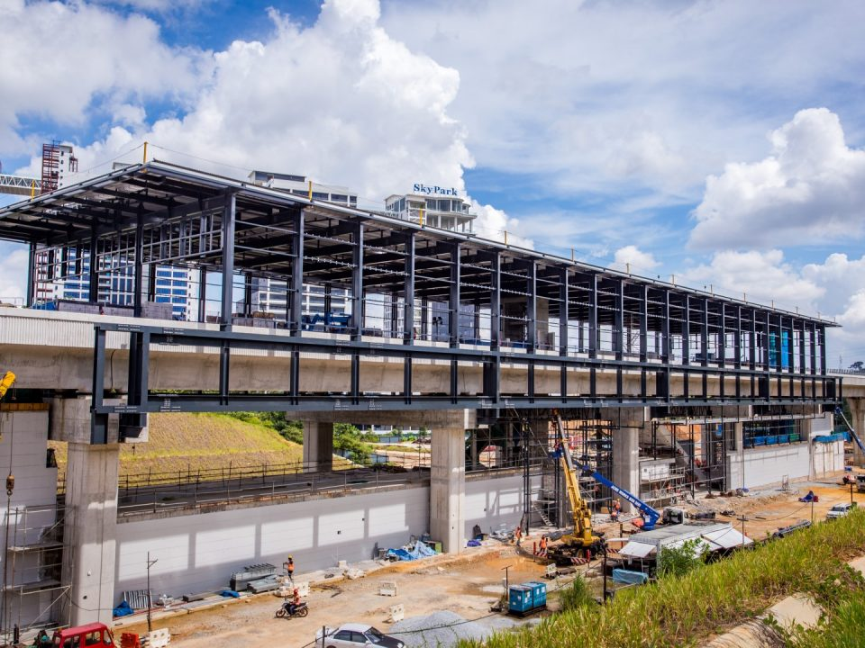 Kerja-kerja pelapik bumbung dan pemasangan kekotak bunyi platform sedang dijalankan di tapak Stesen MRT Cyberjaya Utara.