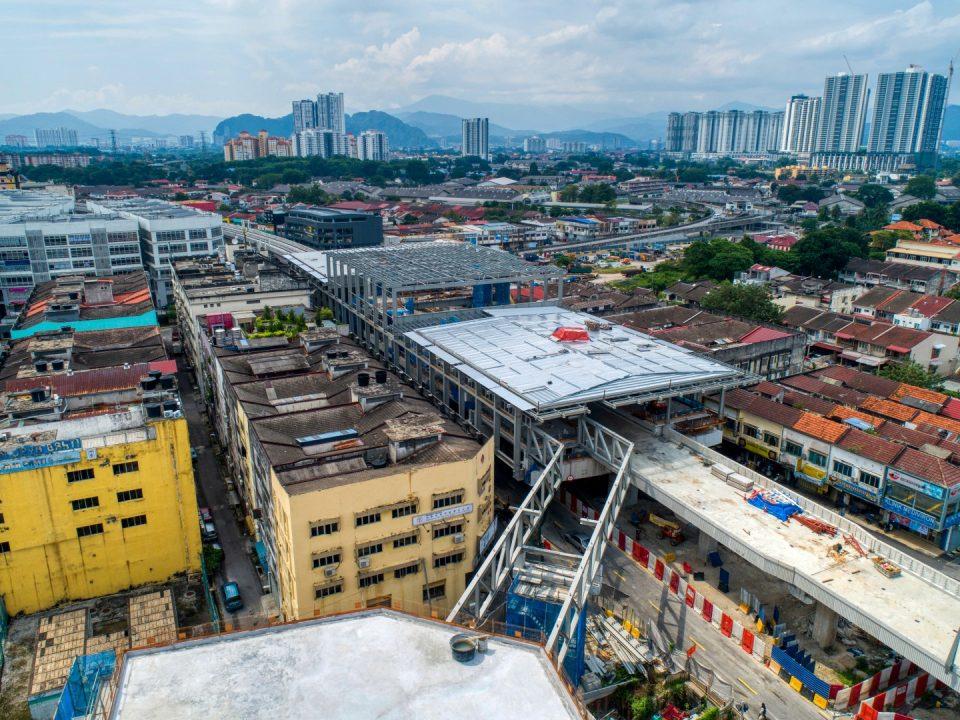 Pandangan udara tapak Stesen MRT Kentonmen menunjukkan kerja-kerja pemasangan jambatan besi, talam kabel untuk pemasangan jambatan besi dan kerja-kerja bumbung stesen utama sedang dijalankan.
