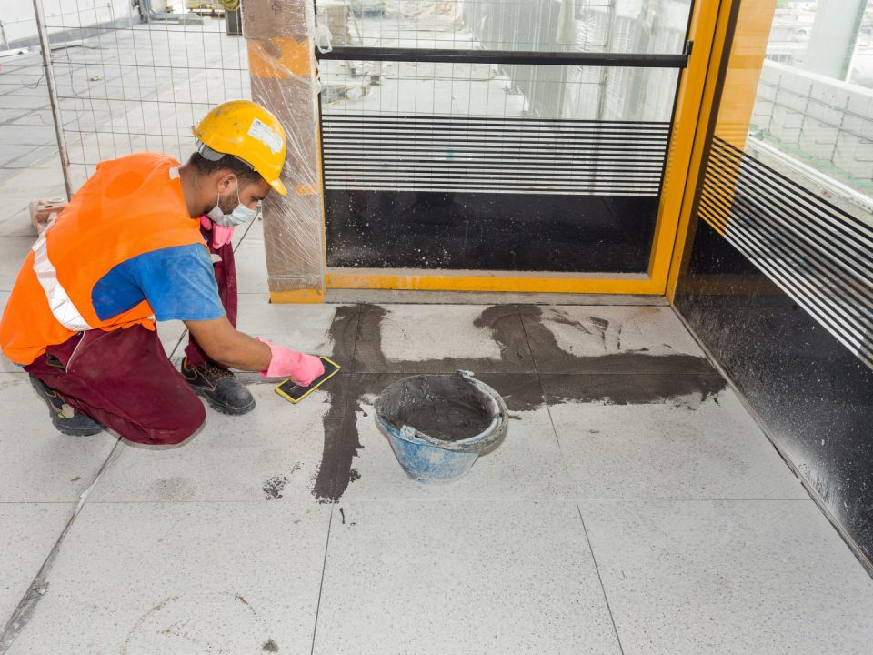 Kerja-kerja penurapan jubin sedang dijalankan di tapak Stesen MRT Kampung Batu.