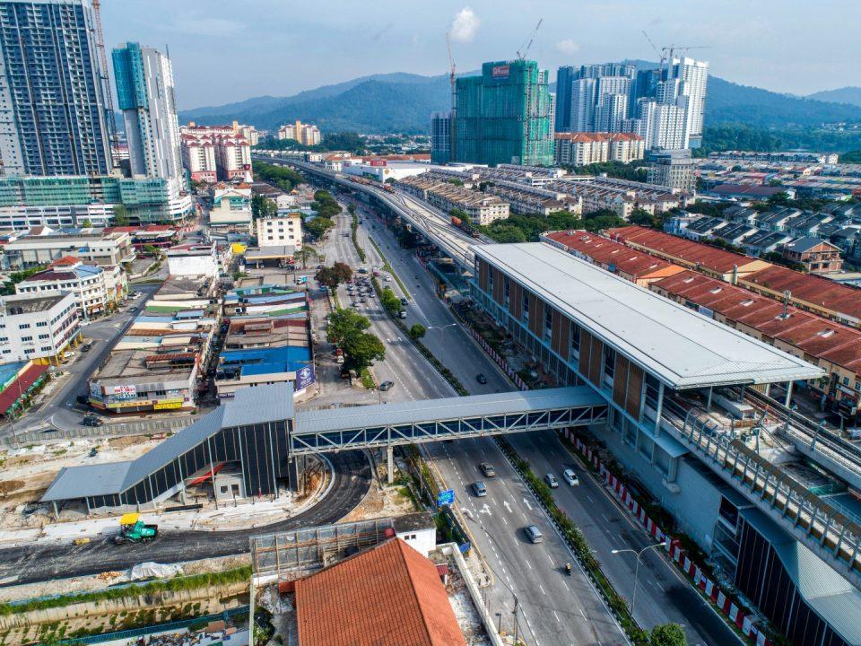 Pandangan udara tapak Stesen MRT Kepong Baru menunjukkan pemasangan tiang untuk laluan pejalan kaki berbumbung dan kerja-kerja jalan sedang dijalankan