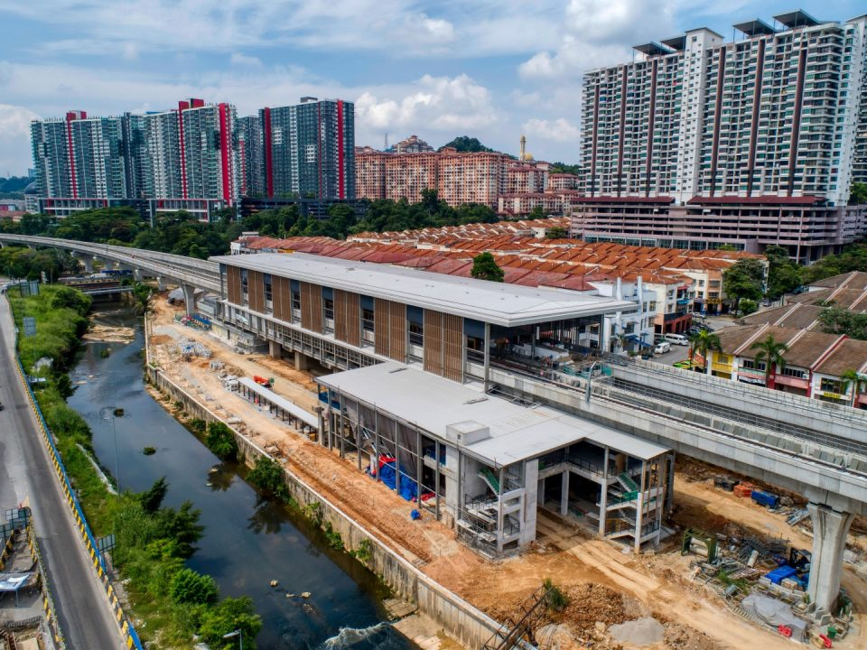 Pandangan kerja-kerja luaran fakad sedang dijalankan untuk Pintu Masuk 1 dan 2 Stesen MRT Damansara Damai.