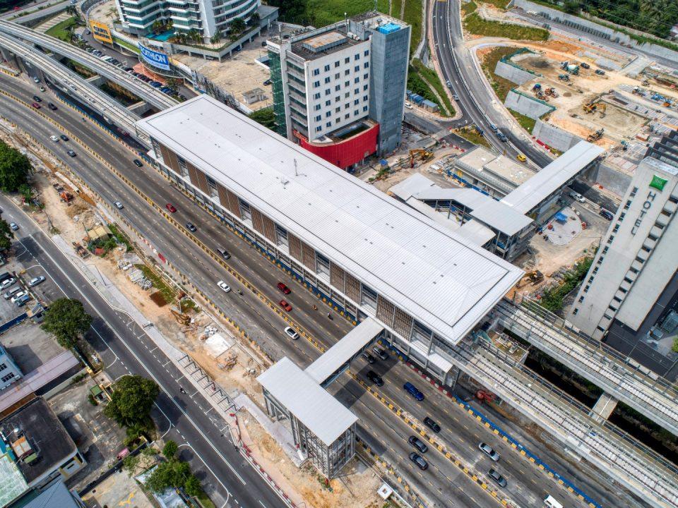 Pemasangan laluan pejalan kaki berbumbung sedang dijalankan di tapak Stesen MRT Sri Damansara Barat.