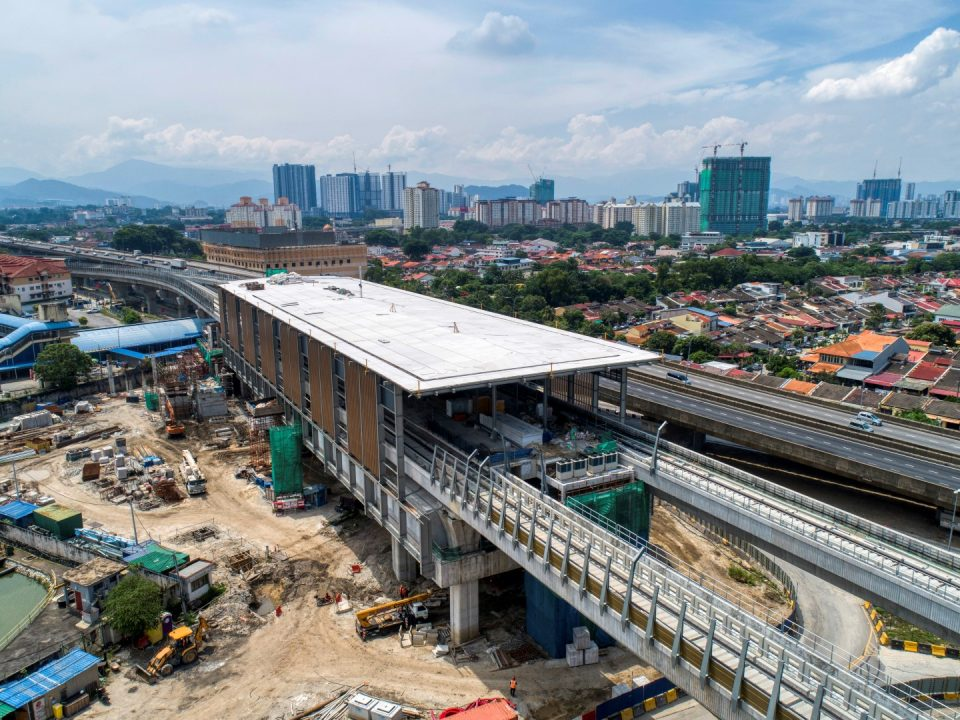 Pandangan udara Stesen MRT Sri Damansara Timur menunjukkan pemasangan panel logam yang diperluas berhampiran KTMB telah siap.