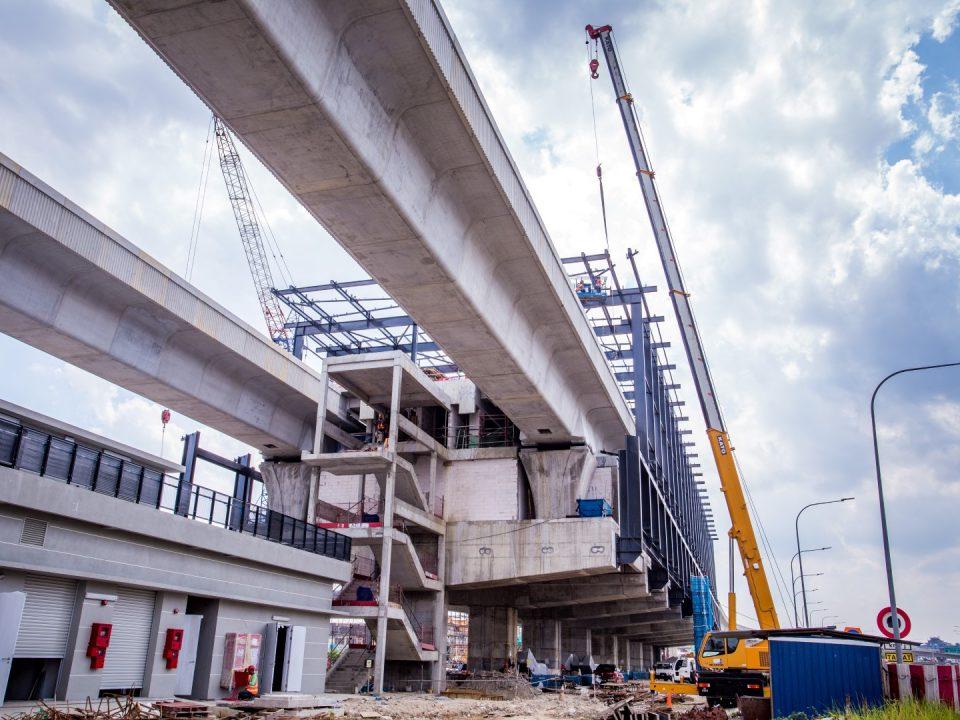 Kerja-kerja pemasangan kepingan bumbung sedang dijalankan di tapak Stesen MRT Serdang Raya Selatan.