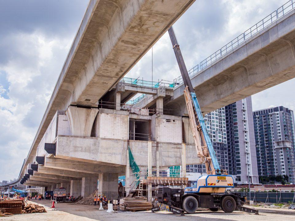 Kerja-kerja konkrit tetulang dan besi sedang dijalankan di tapak Stesen MRT Serdang Raya Utara.
