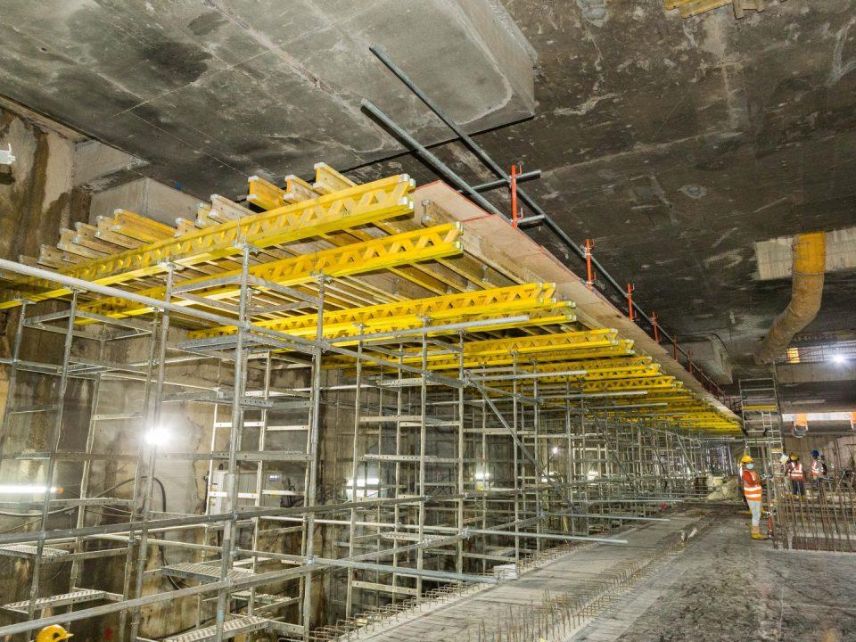 Pemasangan sistem jermang Ekzos Terowong Atas di aras platform Stesen MRT Sentul Barat.