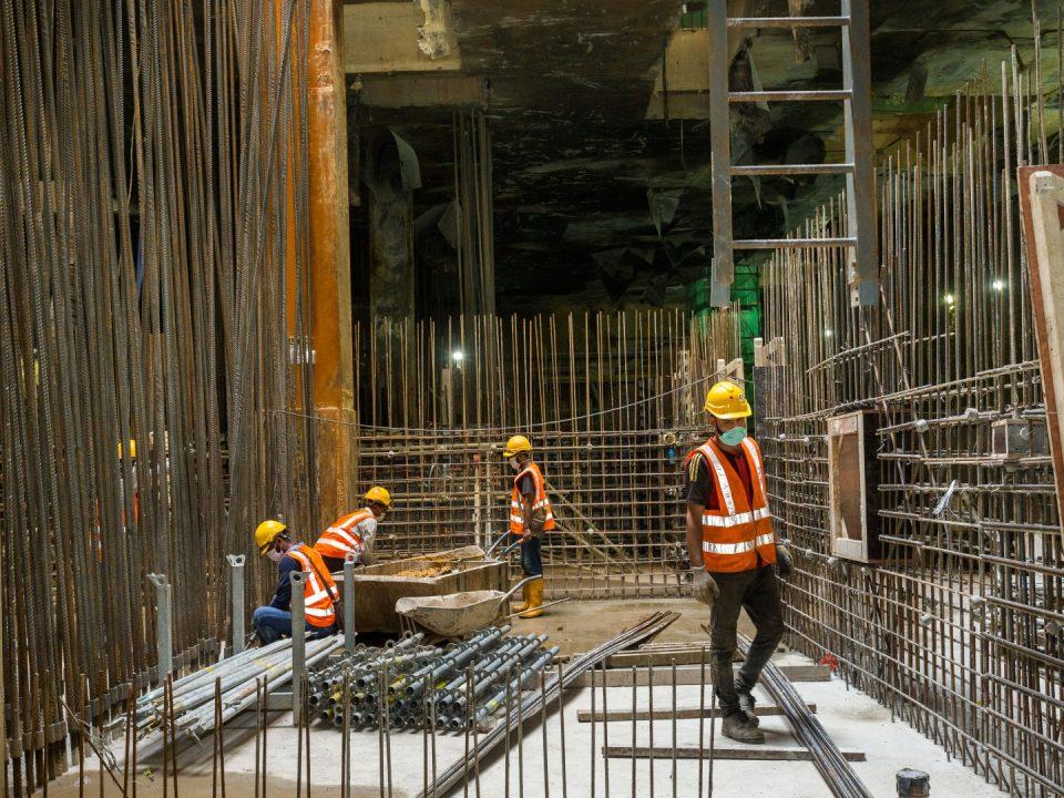 Pembinaan papak tetulang platform dan dinding di tapak Stesen MRT Hospital Kuala Lumpur.