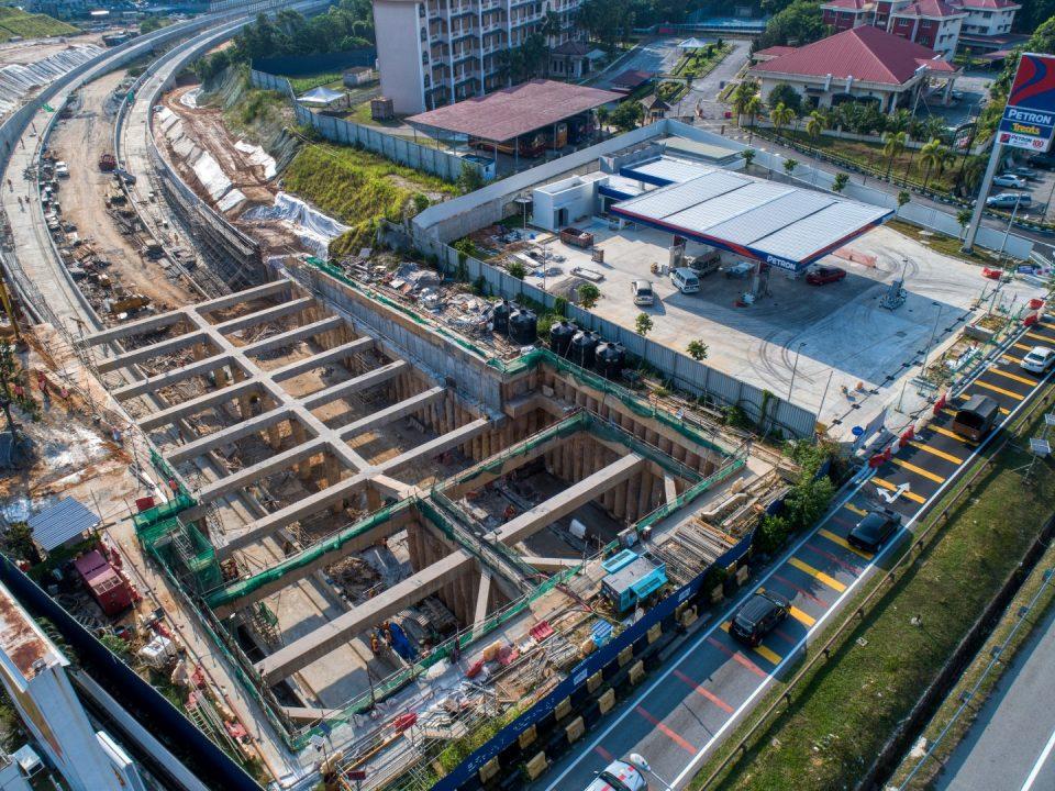Pandangan udara bahagian selatan laluan bawah berhampiran Lebuhraya KL-Seremban menunjukkan kerja-kerja pembinaan Cerucuk Gerek Berturutan sedang dijalankan.
