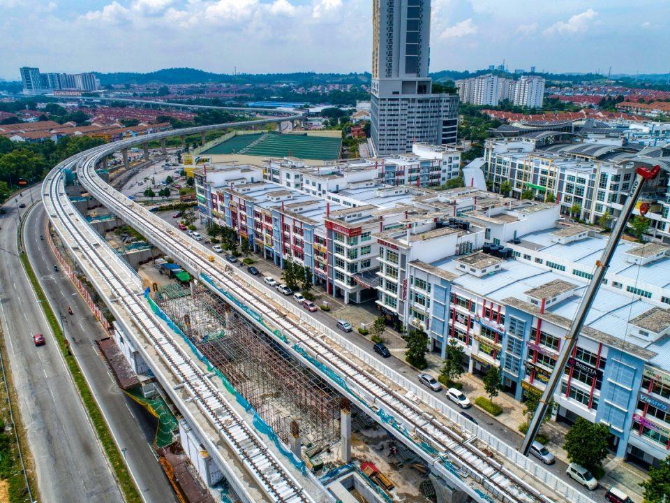 andangan udara tapak Stesen MRT Putra Permai menunjukkan kerja-kerja platform sedang dijalankan.