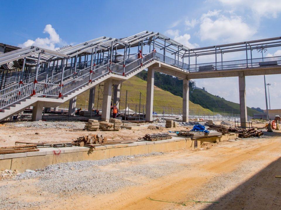 Pembinaan struktur besi di jejantas sedang dijalankan di Depoh Serdang