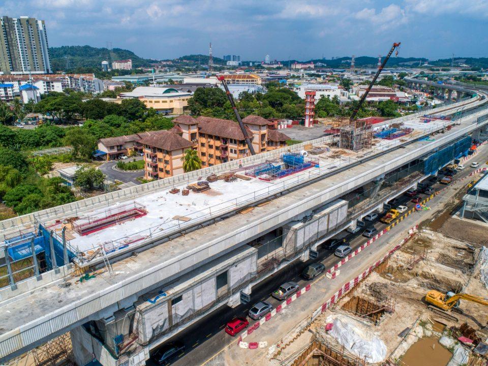 Pandangan udara tapak Stesen MRT Serdang Jaya menunjukkan kerja-kerja pemasangan sesangga besi dan kekuda bawah sedang dijalankan.